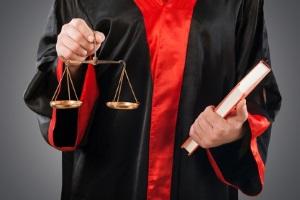 Soll ein Arbeitsvertrag eine außerordentliche Kündigung durchlaufen, muss diese für rechtskräftig erklärt werden.