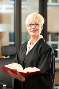 Sind Sie sich unsicher, ob eine fristlose Kündigung ohne Abmahnung möglich ist, kann ein Anwalt helfen.