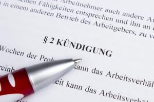 Ordentliche Kündigung: Die gesetzliche Kündigungsfrist von befristeter Arbeit muss im Arbeitsvertrag erwähnt werden.