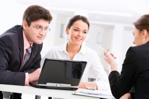Durch ein angespanntes Arbeitsklima können Gründe für eine fristlose Kündigung entstehen.