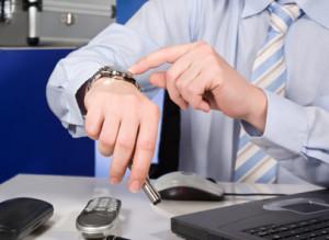 Bewusstes, regelmäßiges Zuspätkommen und die Angabe von falschen Arbeitszeiten können Gründe für eine fristlose Kündigung sein.